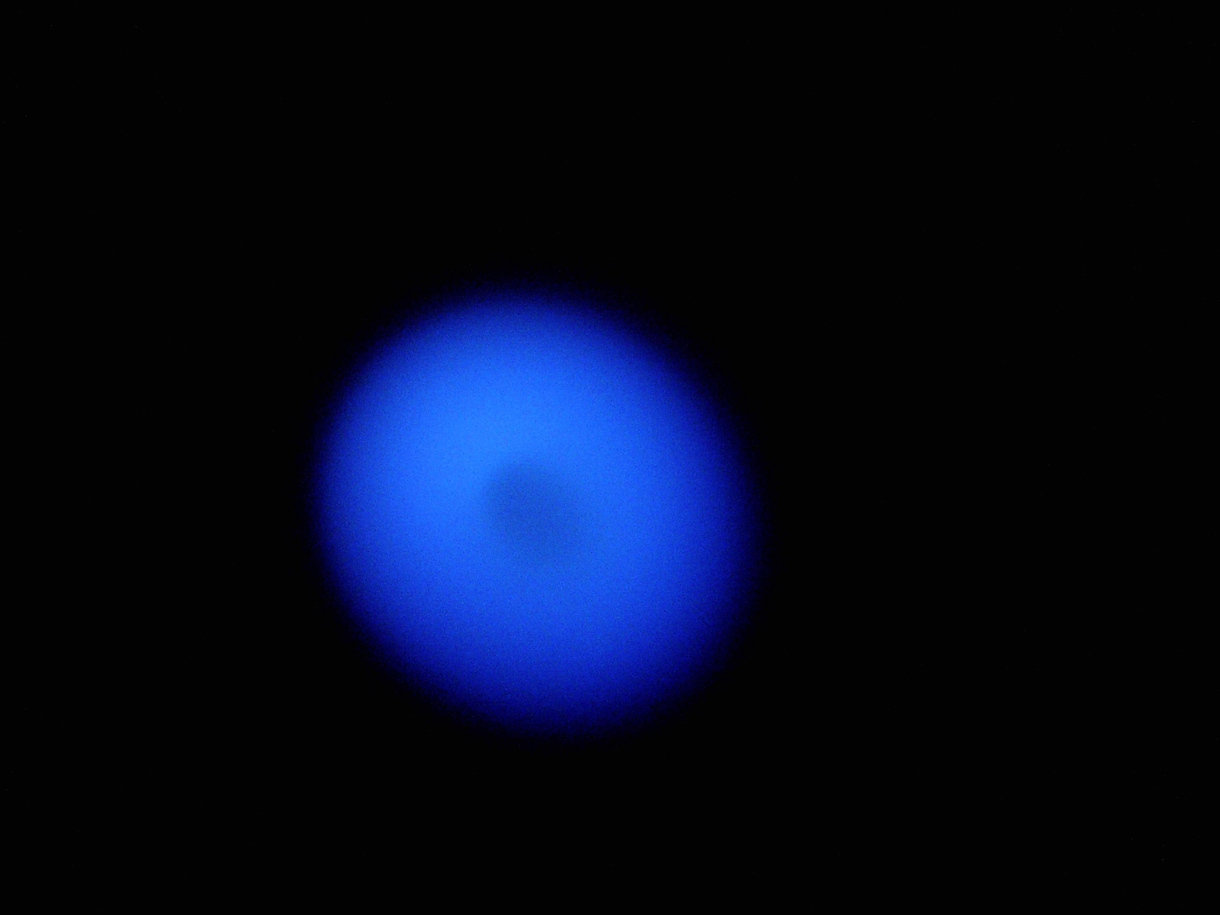 Ziemski, błękitny płomyk świeczki z góry